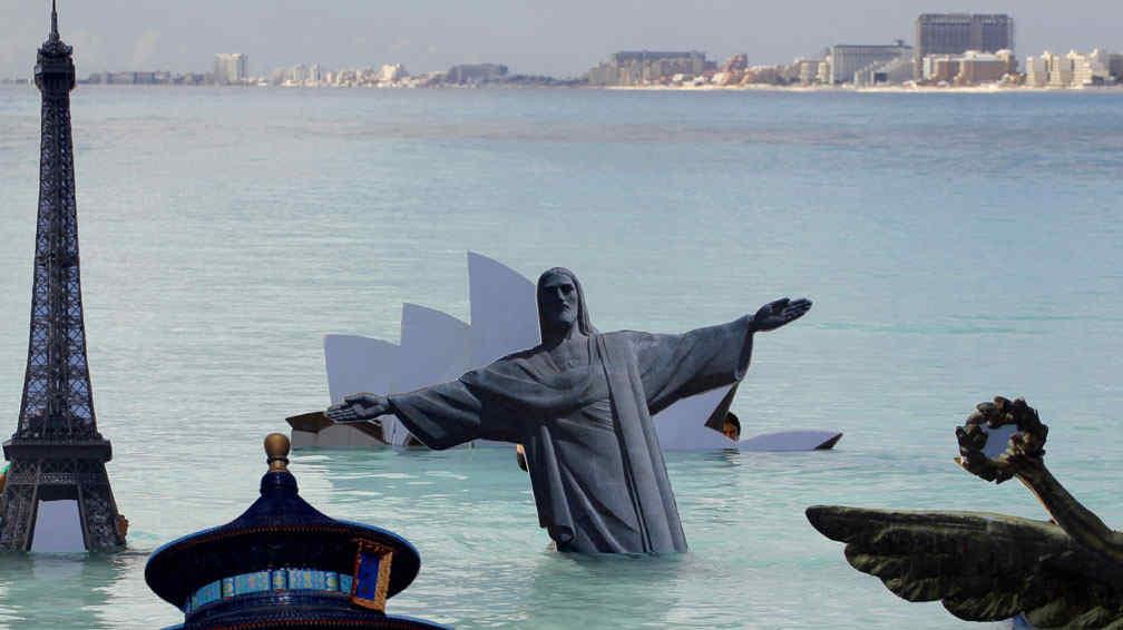 Consecuencia. En la reunión de la ONU en Cancún 2010, ecologistas simularon las inundaciones de las megaciudades (AP / Archivo).