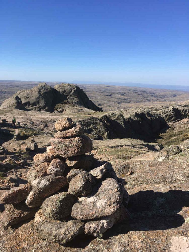 Apachetas. Montículos de piedras que te orientan en el camino de Los Gigantes. (Foto: Milagros Martínez).