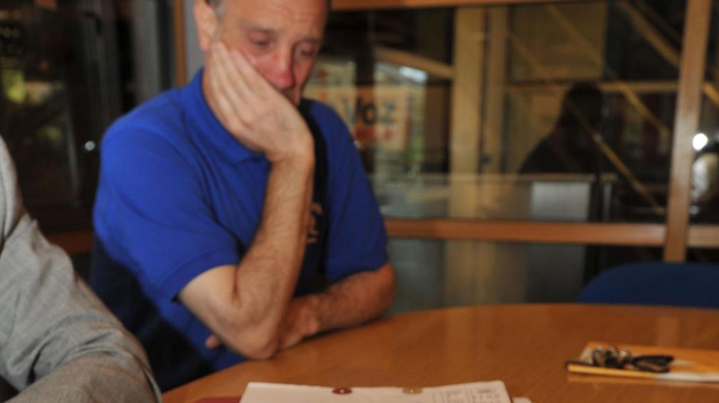 Dolor. El padre llora ante las fotos de su hija quemada (Antonio Carrizo/La Voz).