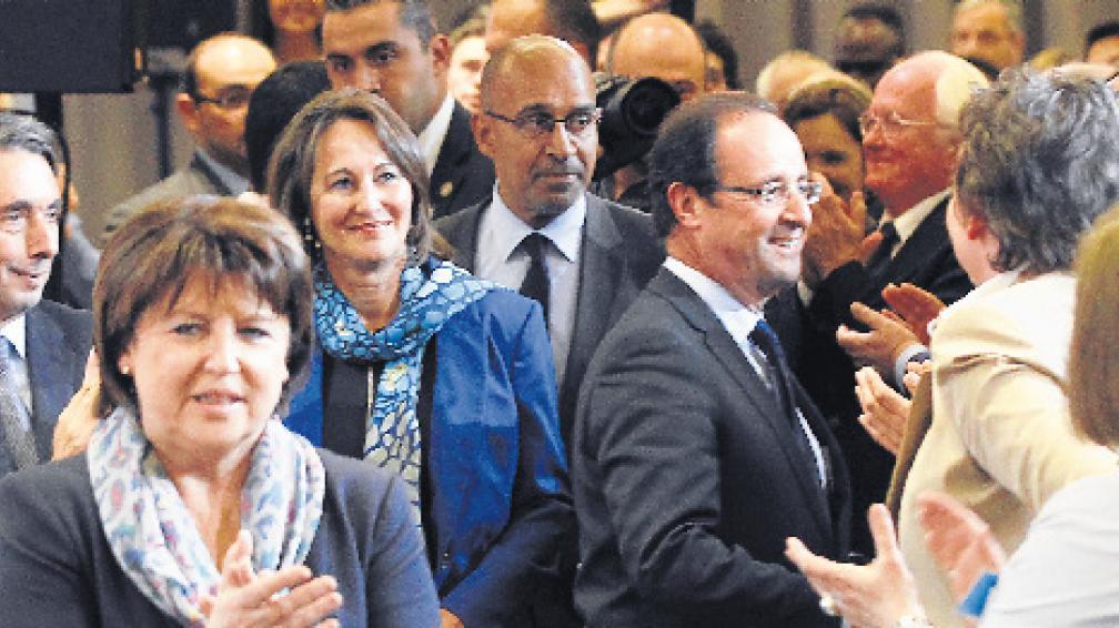 Casi como en familia. Hollande saludó ayer a miembros de su Partido Socialista, entre ellos a su ex mujer, Ségolène Royal, a sus espaldas.