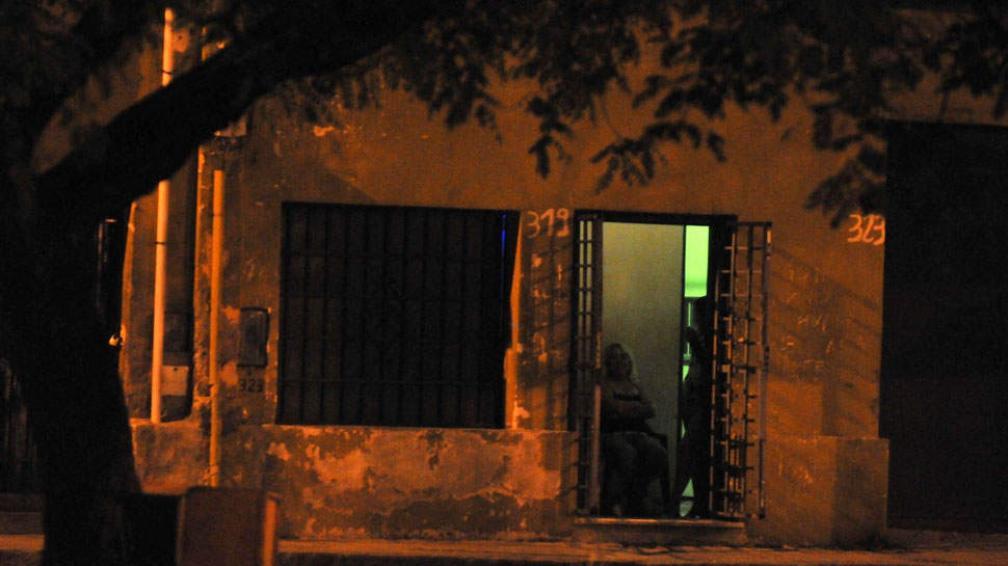 Cierre. El caso derivó en la clausura momentánea de uno de los prostíbulos de calle Santiago del Estero (Facundo Luque/Archivo).