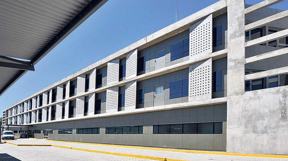 Contraste de texturas en un frente que combina el hormigón visto con fachada ventilada de placas cerámicas y vidrio (Roger Berta).