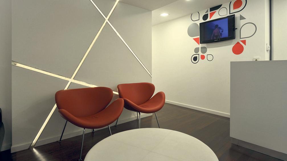 Diseño integral de señalética en todos los ambientes,  que indica recorridos, diferencia sectores y decora con frases alegóricas a la temática dental.