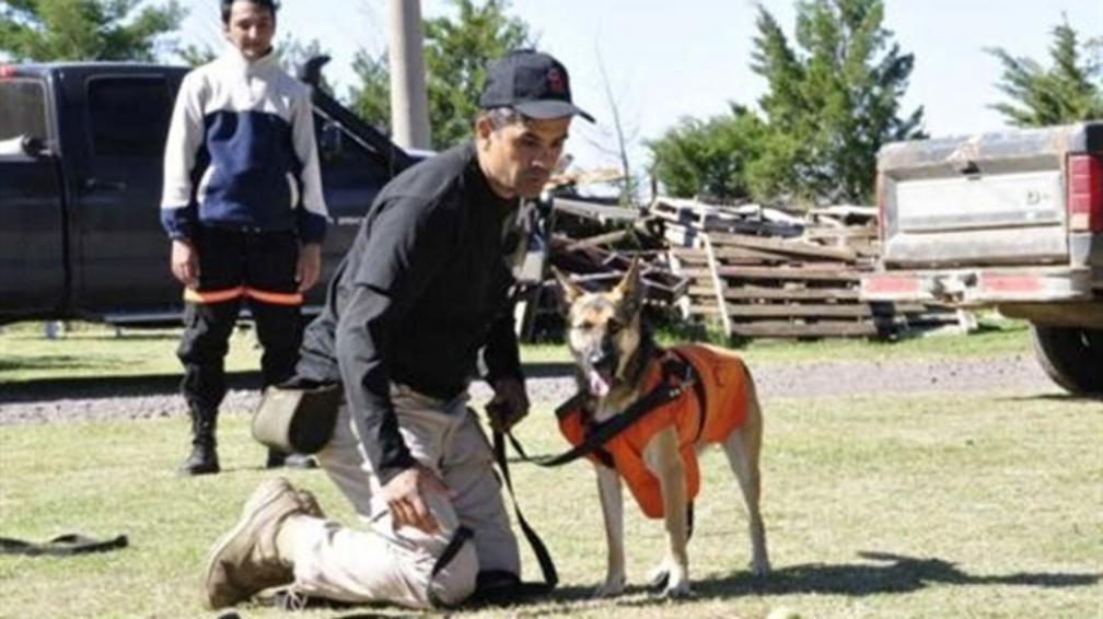 Viper, junto a su guía, durante una sesión de entrenamiento en La Paz, en el valle de Traslasierra (LaVoz).