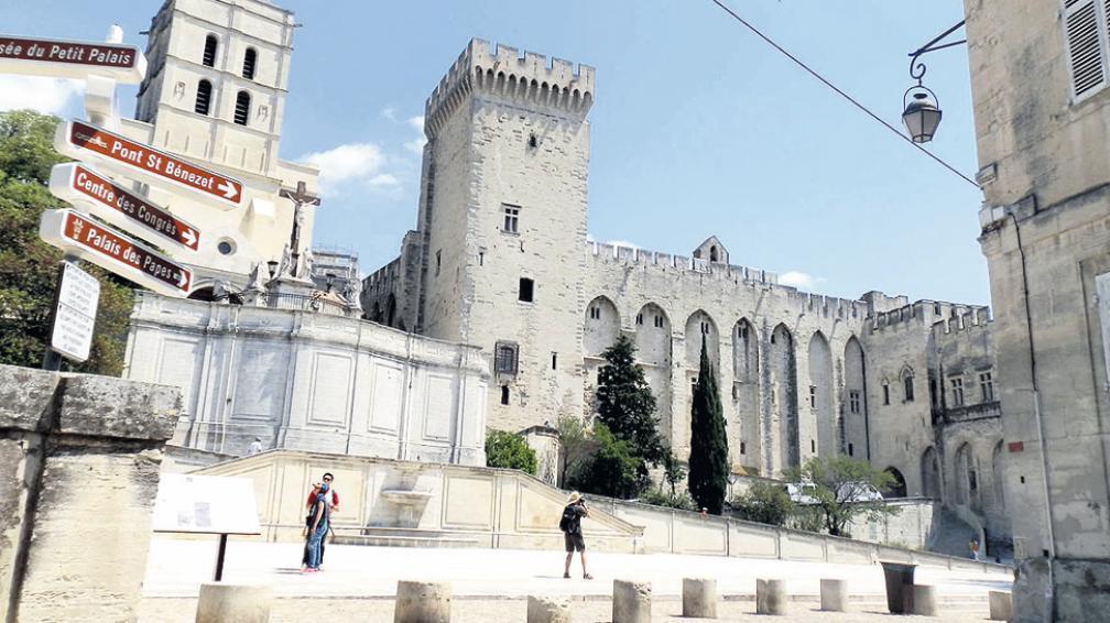 El conjunto medieval atrae a muchos turistas hacia la región.