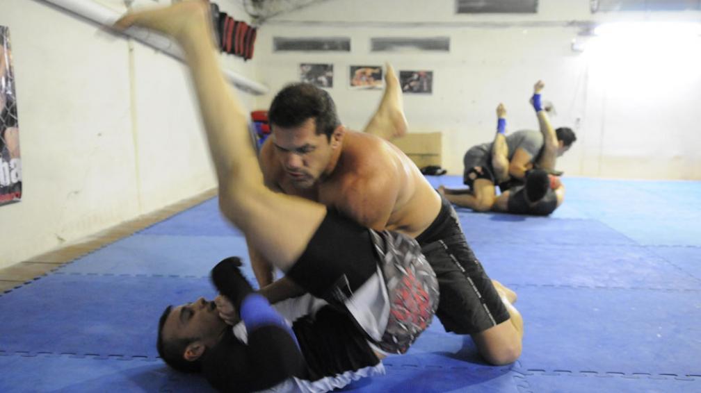 Enredados. El combate de vale todo, o artes marciales mixtas, transcurre buena parte del tiempo en el piso (José Gabriel Hernández / La Voz).