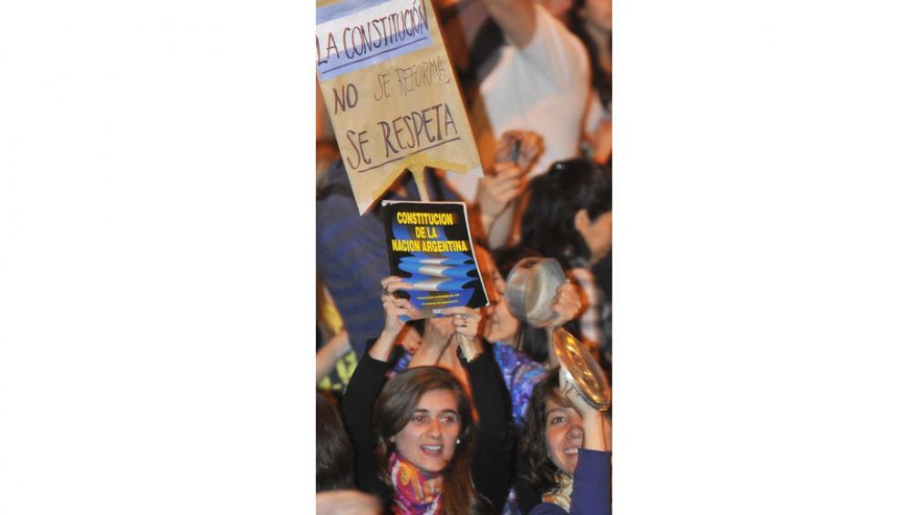 Constituciones en alto. Uno de los reclamos más fuertes fue en contra de la reforma constitucional (La Voz / Sergio Cejas).