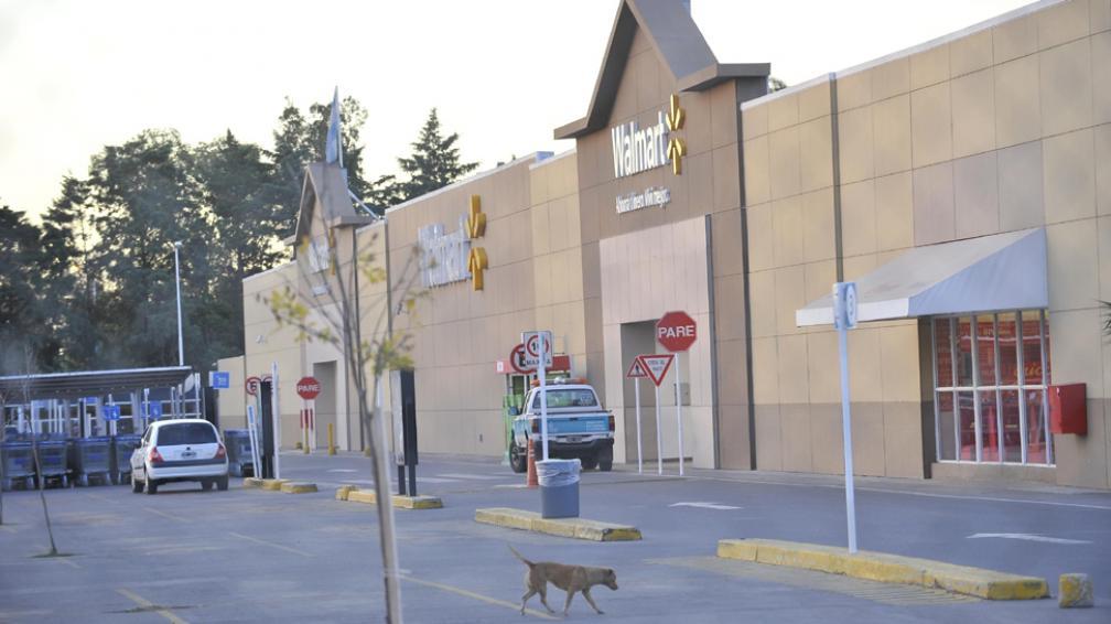 En problemas. El Walmart de Circunvalación volvió a abrir ayer (Sergio Cejas/LaVoz).