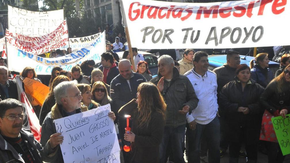 Manifestación. Con carteles a favor de Mestre, los comerciantes ayer fueron al municipio y al Concejo Deliberante (La Voz / Raimundo Viñuelas).