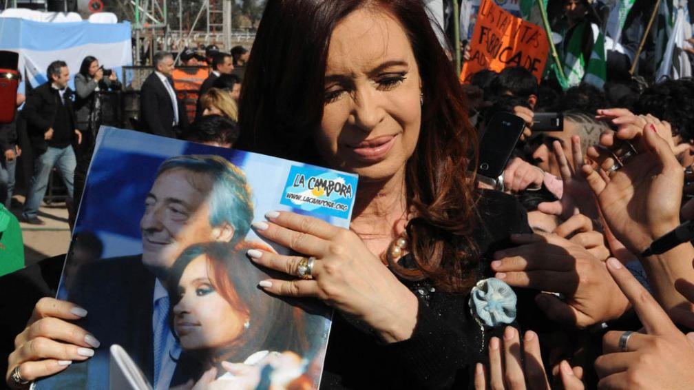 Obsequio. La Cámpora le acercó a Cristina una foto en la que aparece con Kirchner (DYN).