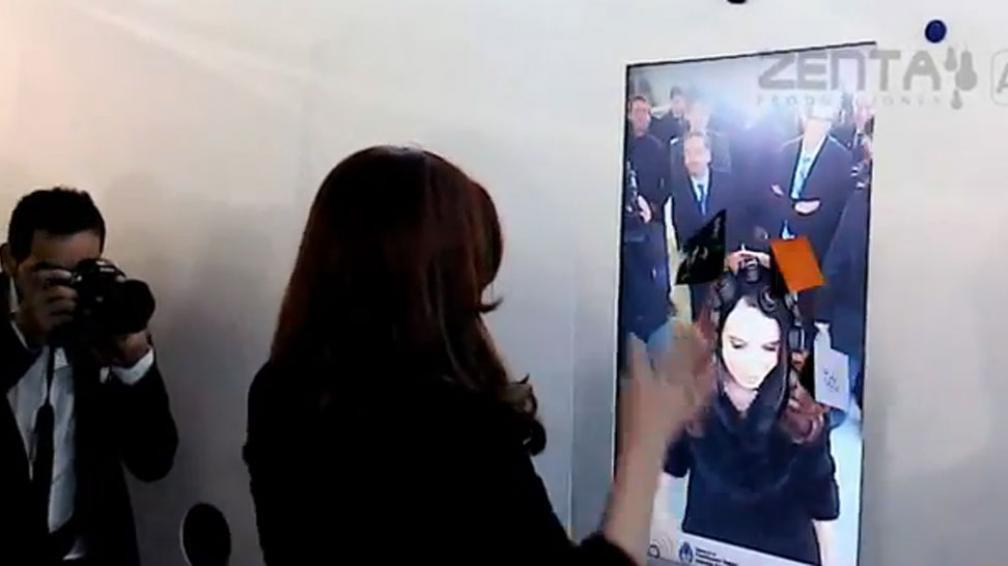 JUGANDO. Cristina se mostró distendida con el juego de los espejos (Captura video).