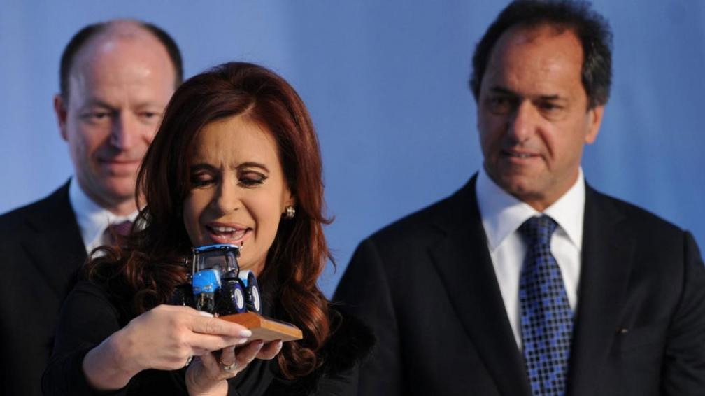 Tractores. Sin nombrarlo, Cristina no ahorró críticas ni recomendaciones a Scioli, que la escuchó con gesto adusto durante todo el acto (Télam).
