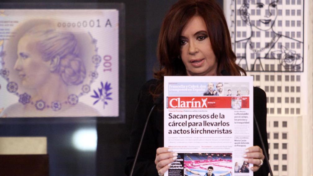 """Problemas con la tapa. Con un ejemplar de """"Clarín"""" en la mano, Cristina defendió su política carcelaria (DYN)."""