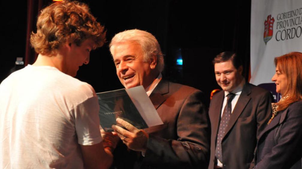 Certificados. El gobernador De la Sota entregó ayer certificados de becas a estudiantes universitario (Casa de Gobierno).