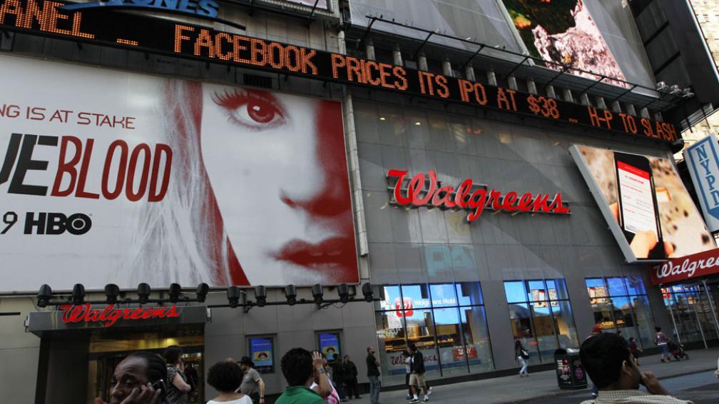 FACEBOOK SALIÓ A LA BOLSA. El anuncio del precio de las acciones se vio en el Times Square (AP).