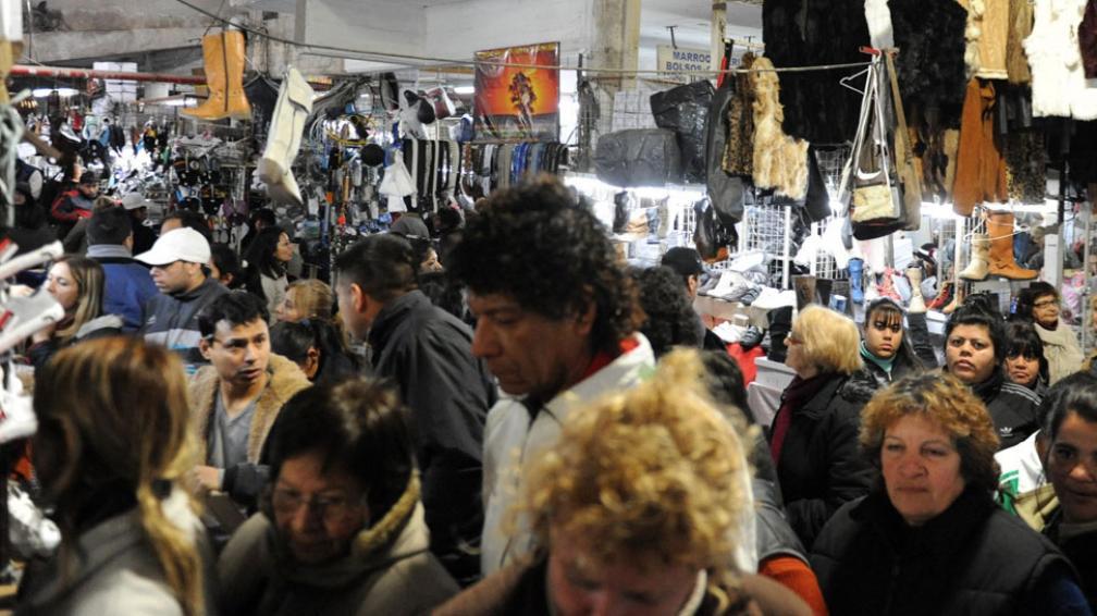 Para todos los gustos. Cada vez que el predio abre sus puertas, miles de personas se apiñan en los pasillos de la feria, en la que se puede conseguir ropa de todo tipo y calidad (La Voz).