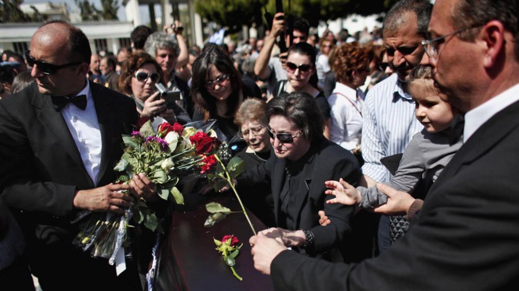 Último adiós. En el funeral de Dimitris Christoulas se escucharon consignas contra las políticas de ajuste de Papademos (AP).