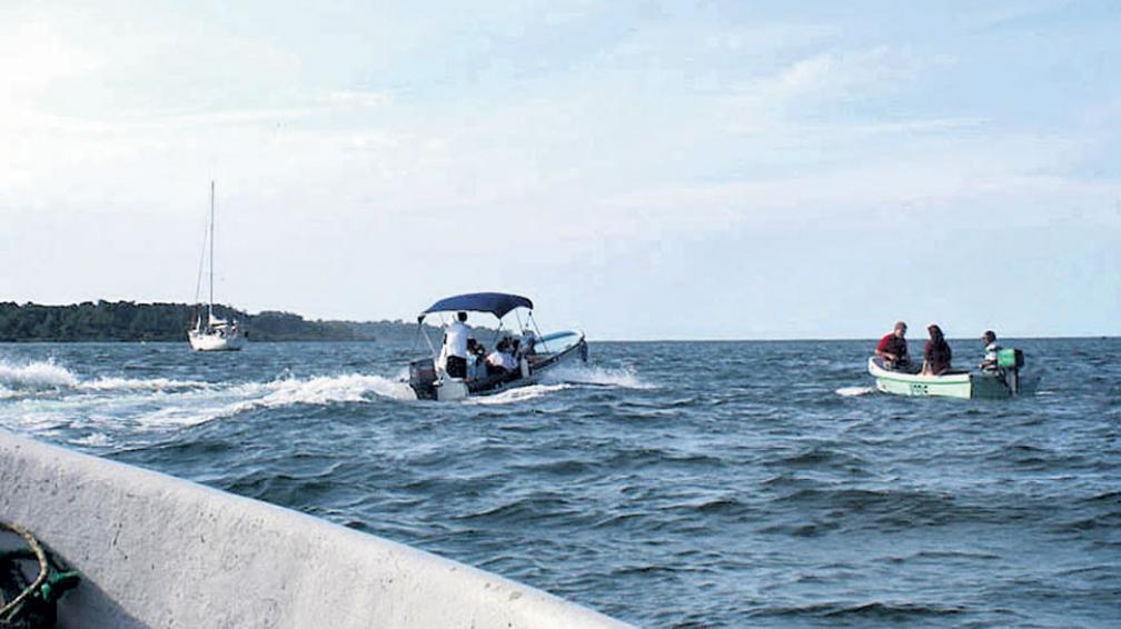 Problemas de tráfico, pero de lanchas, frente a Isla Colón.