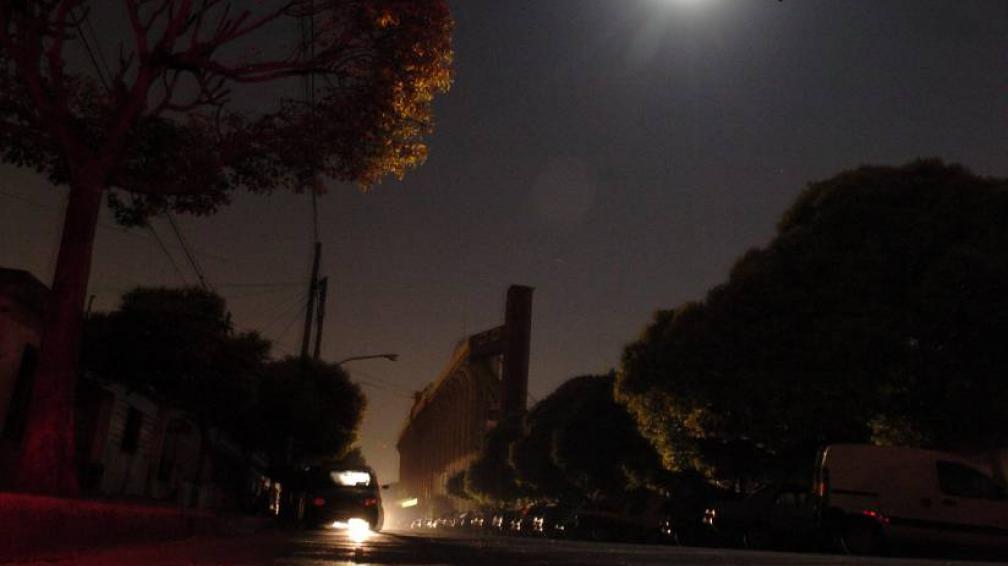 CORTES DE LUZ. La tormenta dejó sin energía a varios barrios de la Capital (LaVoz/Archivo).