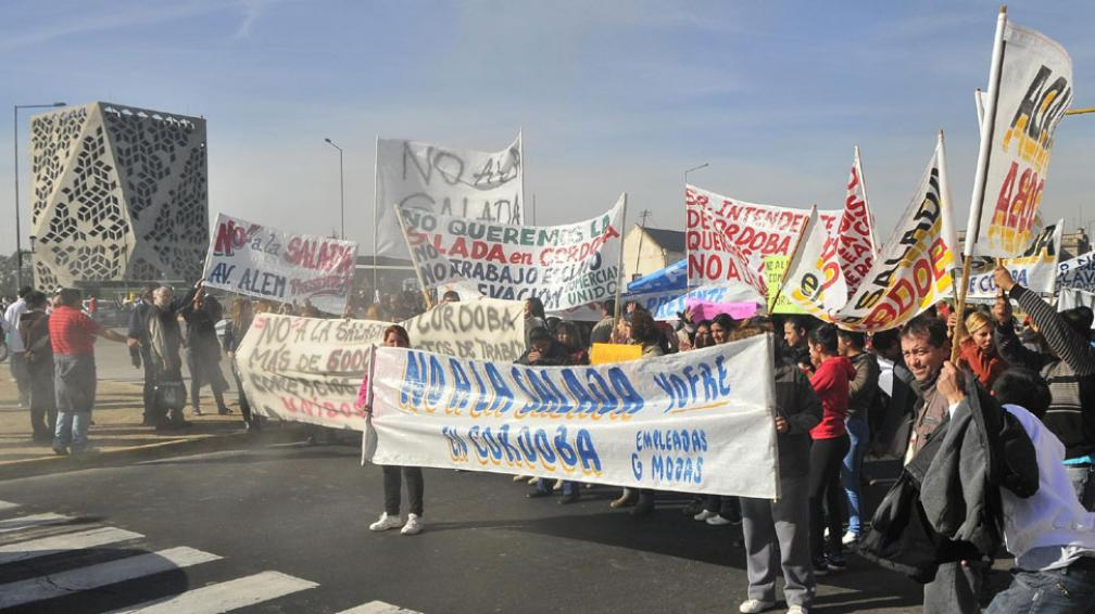 Protesta. Comerciantes se manifestaron frente al Centro Cívico (La Voz / Raimundo Viñuelas).