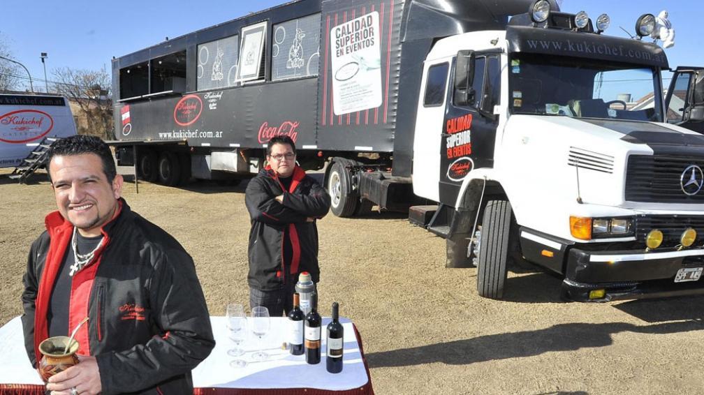 Cocina móvil. 13 metros de largo mide el camión-cocina móvil de Kukichef, con el que se trasladan Oscar Castillo, su hermano Luciano y toda su gente, prestos para partir a Goya, a otra fecha del Rally Argentina (La Voz / Sergio Cejas).