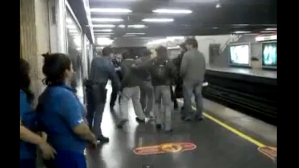 VIOLENCIA. Confuso episodio en el metro de Santiago de Chile (Captura web).