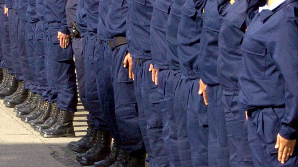 Baja. La cesantía implica que el policía deja de trabajar. La exoneración es más grave: pierde la jubilación (La Voz).