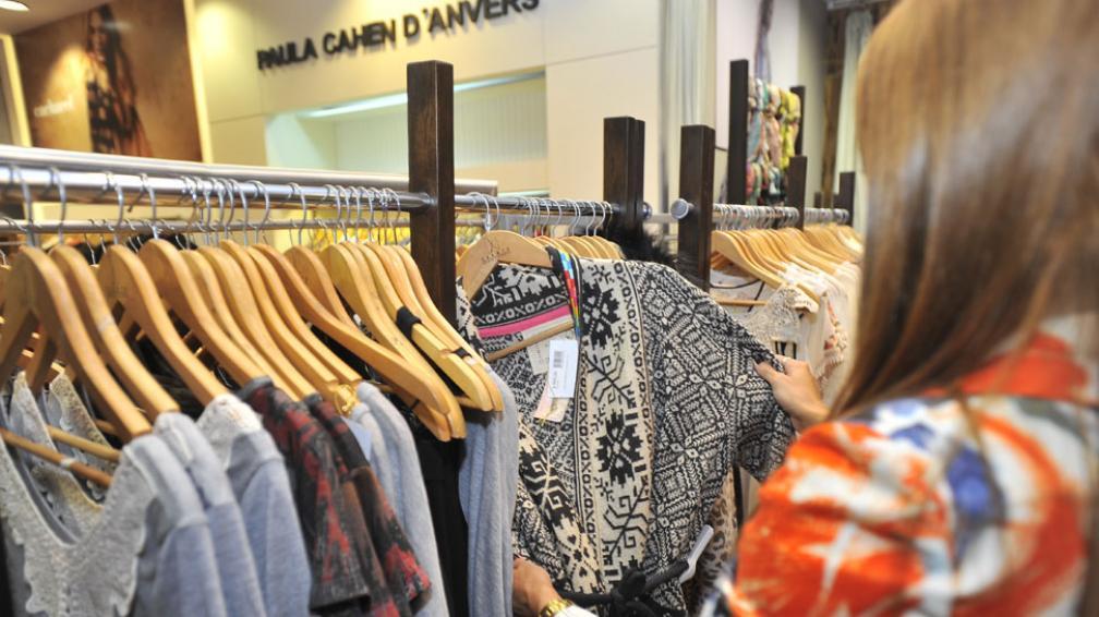 A tono con el cambio de clima. La ropa de abrigo ya ocupa el lugar de la de verano en las liquidaciones (Sergio Cejas/La Voz).