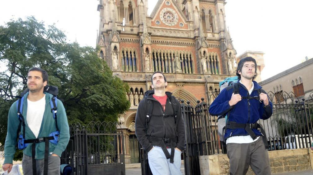 Chilenos. Cristian González, Pablo Gatica y Enrique del Río, en plena caminata por la zona de la Iglesia de los Capuchinos (La Voz / Pedro Castillo).
