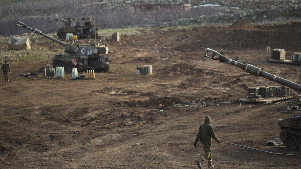 SOLDADOS ISRAELÍES. Junto a las unidades de artillería móvil en los altos del Golán, este miércoles (AP).