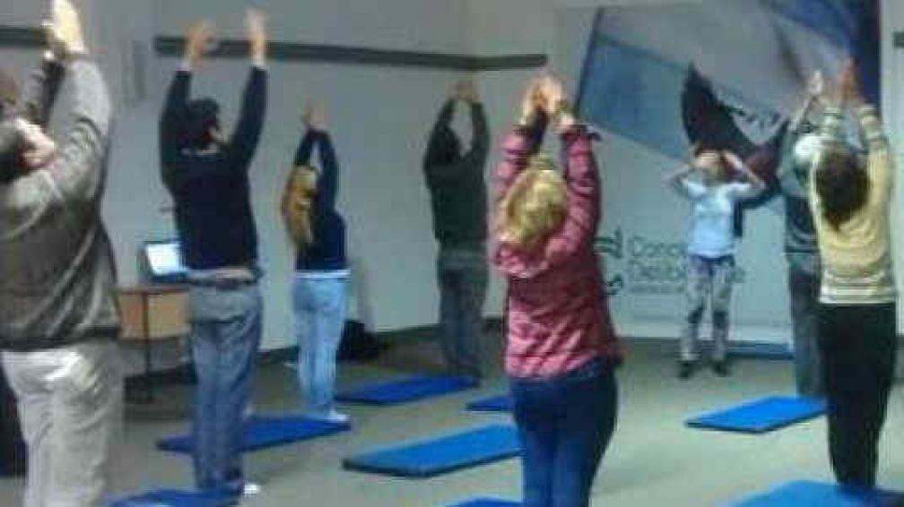 Empleados del concejo deliberante practican yoga en for La voz del interior trabajo