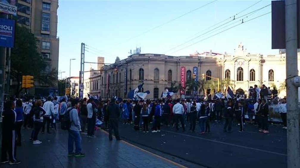 CENTRO. Los hinchas de Talleres festejaban el cumpleaños del club con un corte de calle (Foto de Twitter de @JulietaAballay2).