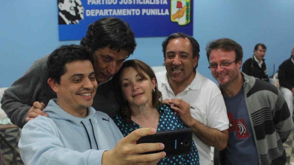 """""""Selfie"""". En la sede de Unión por Córdoba, la intendenta provisoria Rosanna Adaglio no ocultó su alegría (La Voz)."""