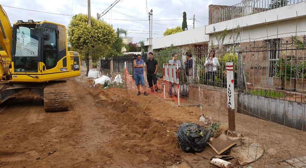 Comenzaron a tapar el cr ter de barrio jard n noticias for Barrio jardin espinosa cordoba