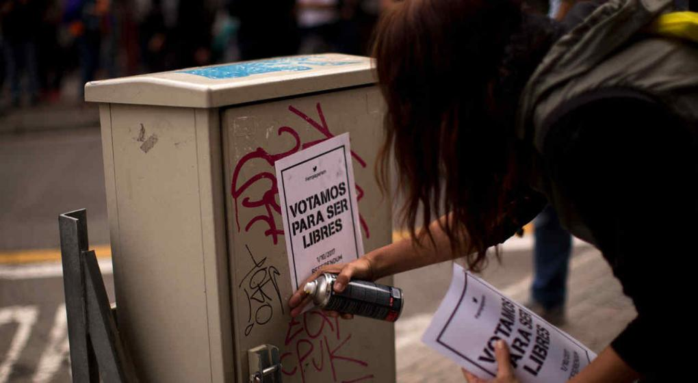 Guardia Civil requisa cerca de 100.000 carteles para el referéndum — España