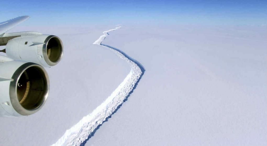 Gigantesco iceberg surge en la Antártida