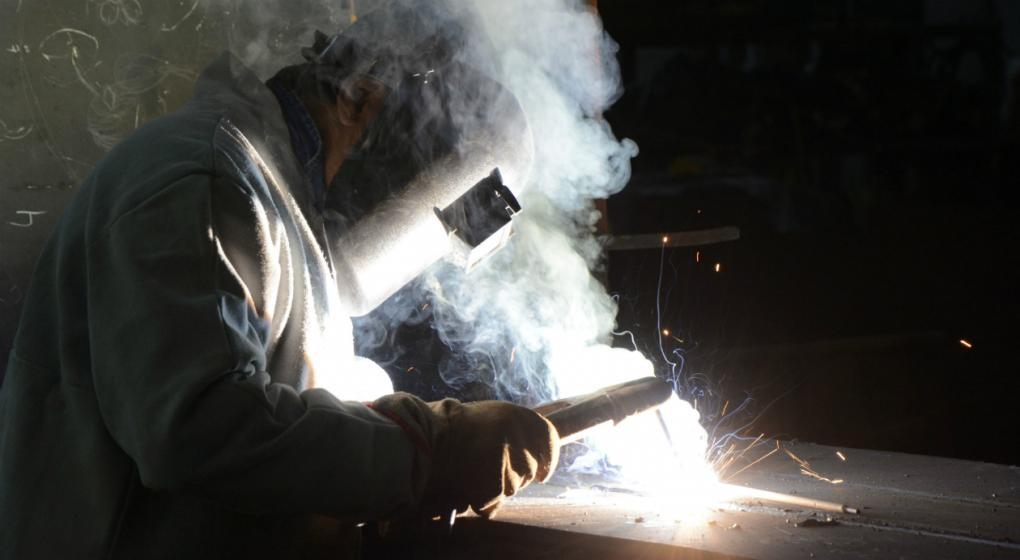 La industria desaceleró su caída, pero bajó 2,4% en el primer trimestre