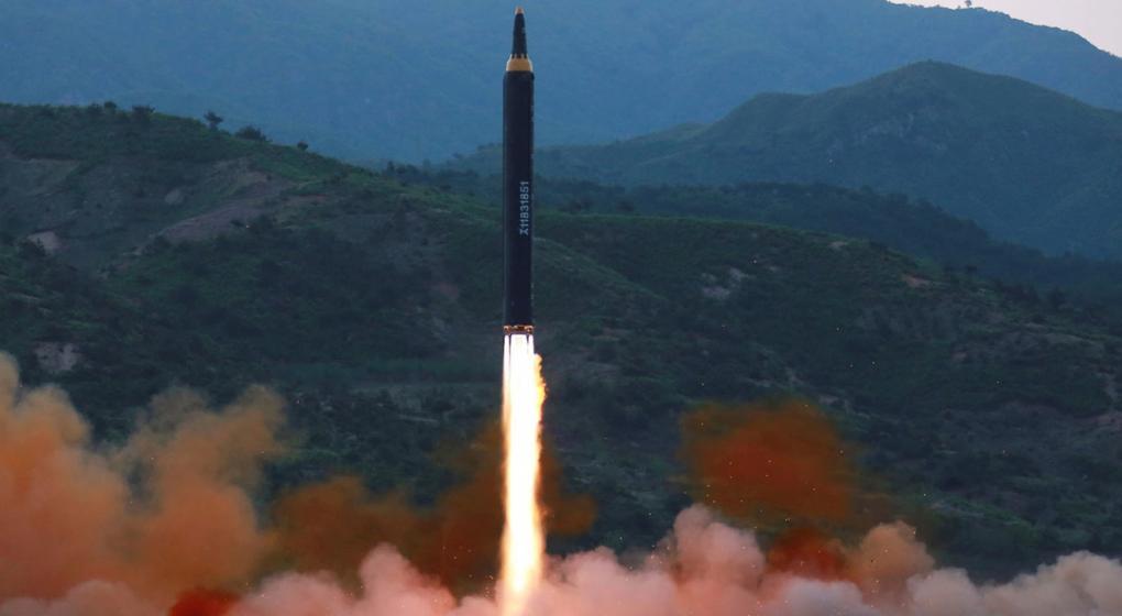 Corea del Norte dice misil buscó probar posible ojiva nuclear grande: agencia