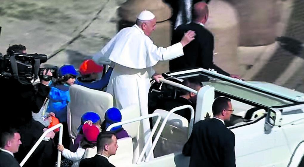 Papa llama a poderosos a actuar con humildad