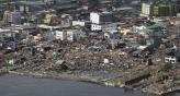 Arrasado. El este de Filipinas sufrió una súbita crecida de seis metros del nivel del mar. En la foto, se ve parte de la costa de Tacloban (AP).