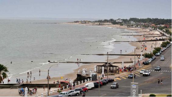 Calma. Las playas ubicadas hacia el oeste de la ciudad son menos concurridas y con el mar más agitado. (Mario Rodríguez)