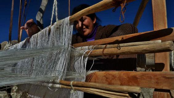 Tejedora trabajando con fibras de vicuña, en Laguna Blanca. (Bibiana Fulchieri)