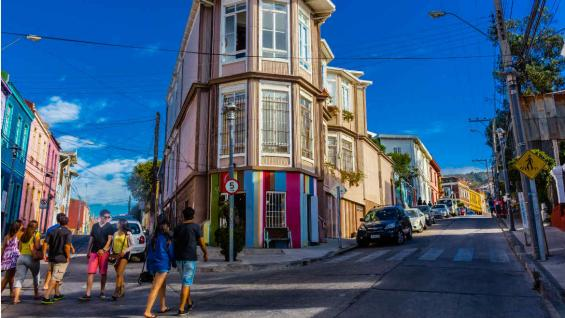 Bohemio y colorido, Valparaíso invita a descubrir un nuevo decorado urbano. (Sernatur)
