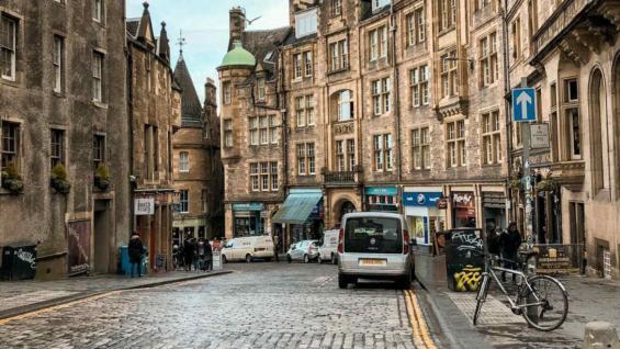 Victoria Street, una calle mágica en la Old Town de Edimburgo. (Marina Tortorella)
