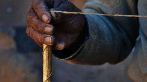 Hilado a mano, con huso de fibra de vicuña. (Bibiana Fulchieri)