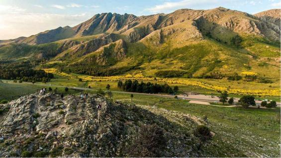 El Cerro Ventana es el principal atractivo de La comarca con sus 1.134 metros. Se encuentra ubicado dentro del Parque Tornquist.