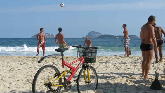 El fútbol en la playa, un imperdible que no se negocia. (Mario Cherrutti)