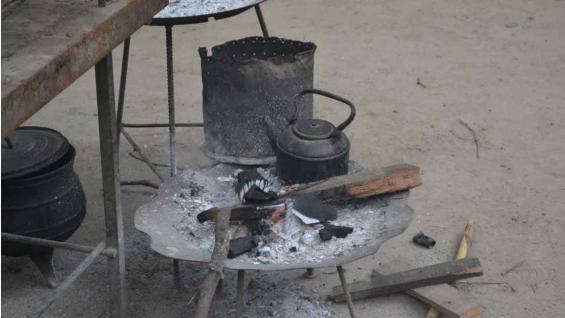 El fuego le da calor a la pava que cebará los mejores mates. (Benita Cuellar)