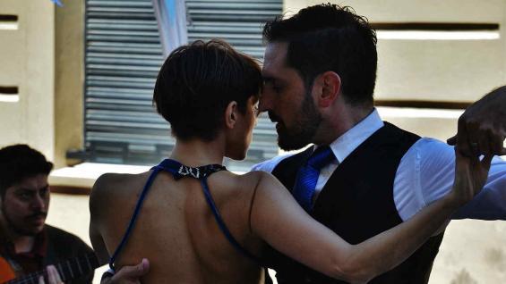 El tango, infaltable en el barrio que resguarda tanta historia. (Bibiana Fulchieri)