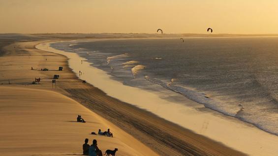 Atardecer. Puesta del sol desde las dunas de arena. (Isabel Poulin / 123RF)